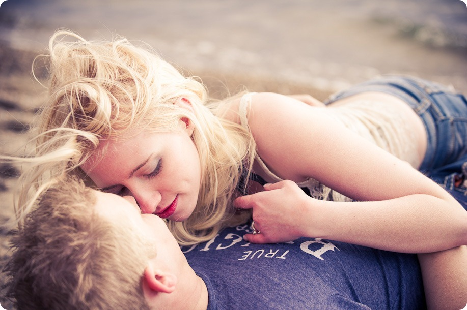 hotel-bedroom-beach-engagement-portraits_Kelowna4210_by-Kevin-Trowbridge