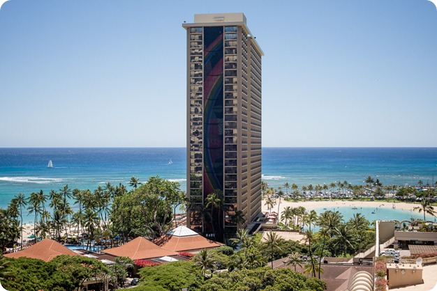 Hawaii-wedding-Waikiki-Moana-Hilton-Crystal-Chapel_18_by-Kevin-Trowbridge