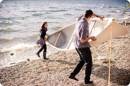 Okanagan-Lake-Canadiana-engagement-session_canoe-outdoor-movie07_by-Kevin-Trowbridge