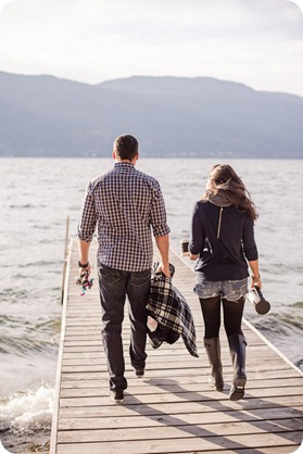 Okanagan-Lake-Canadiana-engagement-session_canoe-outdoor-movie43_by-Kevin-Trowbridge