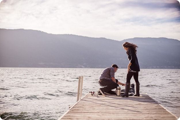 Okanagan-Lake-Canadiana-engagement-session_canoe-outdoor-movie45_by-Kevin-Trowbridge