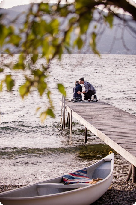 Okanagan-Lake-Canadiana-engagement-session_canoe-outdoor-movie52_by-Kevin-Trowbridge