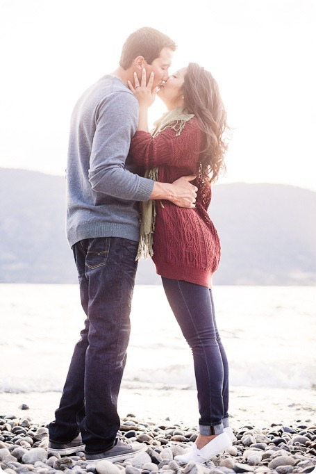 Okanagan-Lake-Canadiana-engagement-session_canoe-outdoor-movie57_by-Kevin-Trowbridge