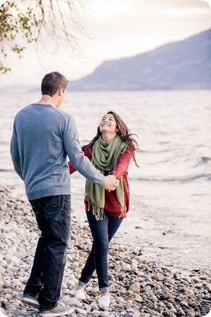 Okanagan-Lake-Canadiana-engagement-session_canoe-outdoor-movie66_by-Kevin-Trowbridge
