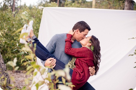 Okanagan-Lake-Canadiana-engagement-session_canoe-outdoor-movie93_by-Kevin-Trowbridge