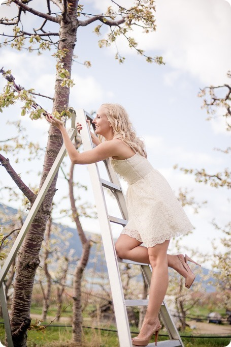 convertible-Cadillac_engagement-portraits_travel-cherry-orchard_Okanagan_51_by-Kevin-Trowbridge