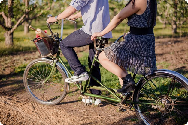 tandem-bike_engagement-portraits_apple-orchard_Kelowna_42_by-Kevin-Trowbridge