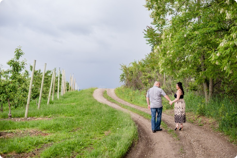 Okanagan-Centre-engagement-session_vineyard-lake-portraits_07_by-Kevin-Trowbridge