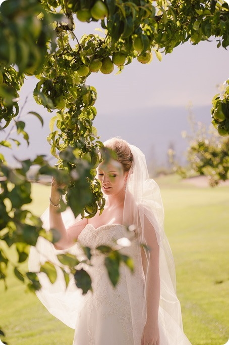 Kelowna-wedding-photographer_Harvest-Golf-Club_colourful-decor-theme_40128_by-Kevin-Trowbridge
