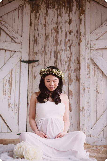 Kelowna-maternity-photographer_vintage-barn-door-field_Sancturary-Gardens_80134_by-Kevin-Trowbridge