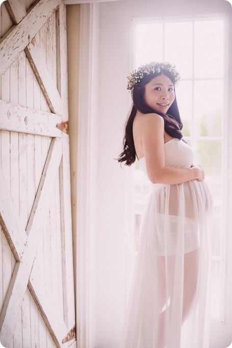 Kelowna-maternity-photographer_vintage-barn-door-field_Sancturary-Gardens_80179_by-Kevin-Trowbridge