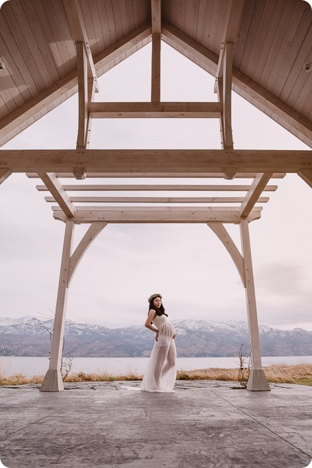 Kelowna-maternity-photographer_vintage-barn-door-field_Sancturary-Gardens_80190_by-Kevin-Trowbridge