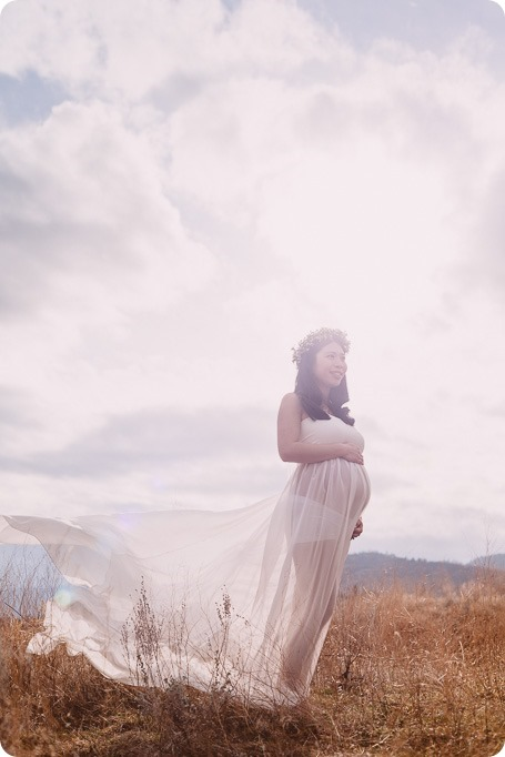 Kelowna-maternity-photographer_vintage-barn-door-field_Sancturary-Gardens_80229_by-Kevin-Trowbridge