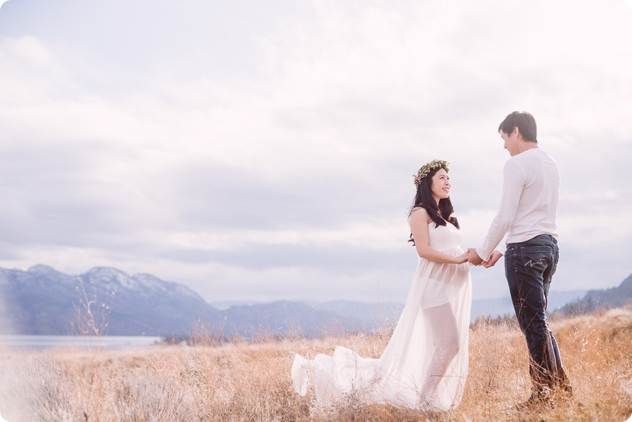 Kelowna-maternity-photographer_vintage-barn-door-field_Sancturary-Gardens_80277_by-Kevin-Trowbridge