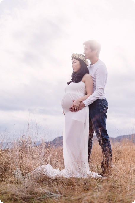 Kelowna-maternity-photographer_vintage-barn-door-field_Sancturary-Gardens_80282_by-Kevin-Trowbridge