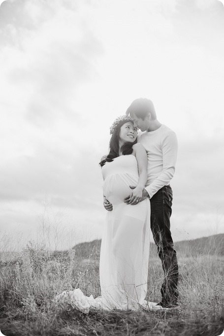 Kelowna-maternity-photographer_vintage-barn-door-field_Sancturary-Gardens_80285_by-Kevin-Trowbridge-2