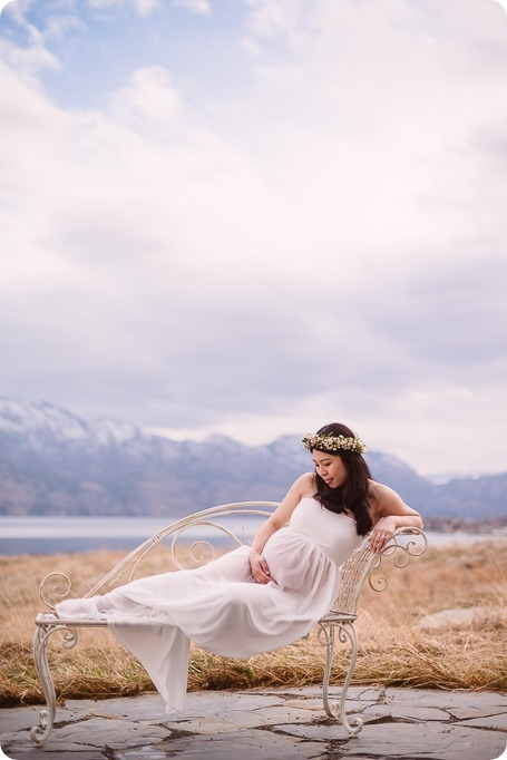 Kelowna-maternity-photographer_vintage-barn-door-field_Sancturary-Gardens_80300_by-Kevin-Trowbridge