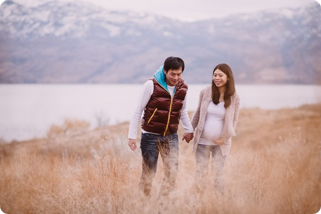 Kelowna-maternity-photographer_vintage-barn-door-field_Sancturary-Gardens_80458_by-Kevin-Trowbridge