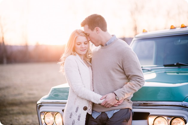 vintage-truck-engagement-session_Okanagan-photographer_sunset-field-couples-portraits__47642_by-Kevin-Trowbridge