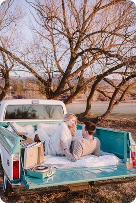 vintage-truck-engagement-session_Okanagan-photographer_sunset-field-couples-portraits__82420_by-Kevin-Trowbridge