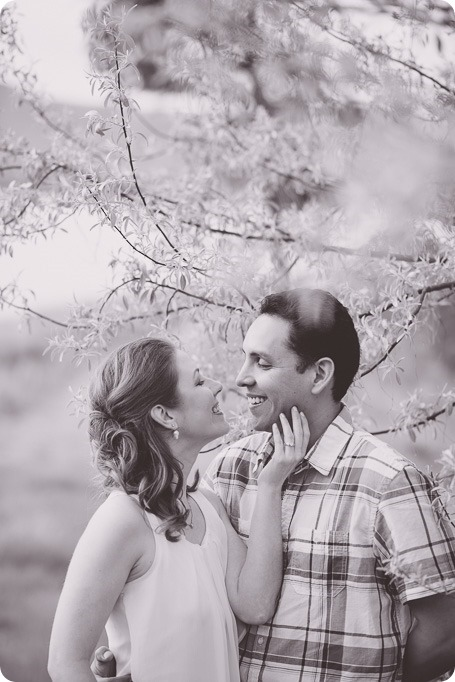 Kelowna-engagement-session_fondue-picnic_Bertram-Beach-Park_sunset_02_by-Kevin-Trowbridge
