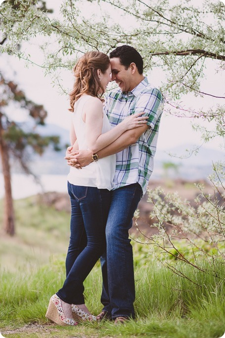 Kelowna-engagement-session_fondue-picnic_Bertram-Beach-Park_sunset_03_by-Kevin-Trowbridge
