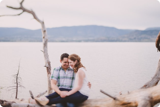 Kelowna-engagement-session_fondue-picnic_Bertram-Beach-Park_sunset_17_by-Kevin-Trowbridge