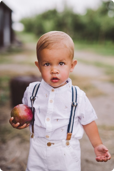 Kelowna-family-portraits_apple-orchard-rustic_Okanagan-photographer__by-Kevin-Trowbridge-photography_Kelowna_180636