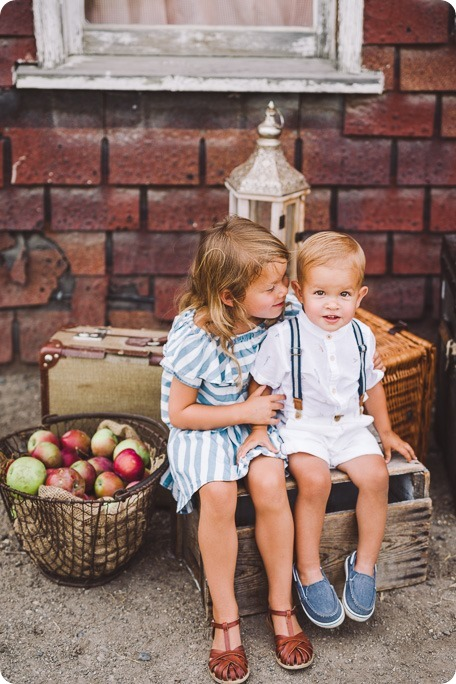 Kelowna-family-portraits_apple-orchard-rustic_Okanagan-photographer__by-Kevin-Trowbridge-photography_Kelowna_180741